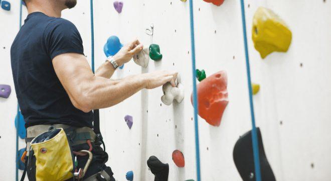 Uomo arrampicata su parete
